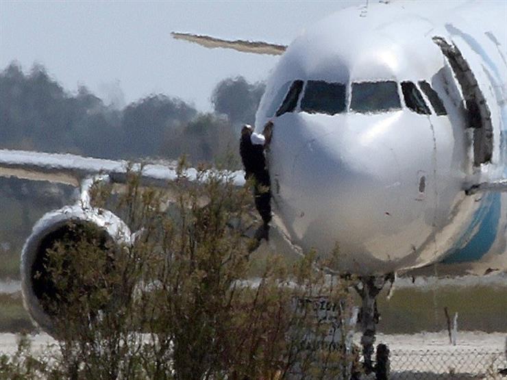 لحظة مقتل خاطف الطائرة المتوجهة لدبي