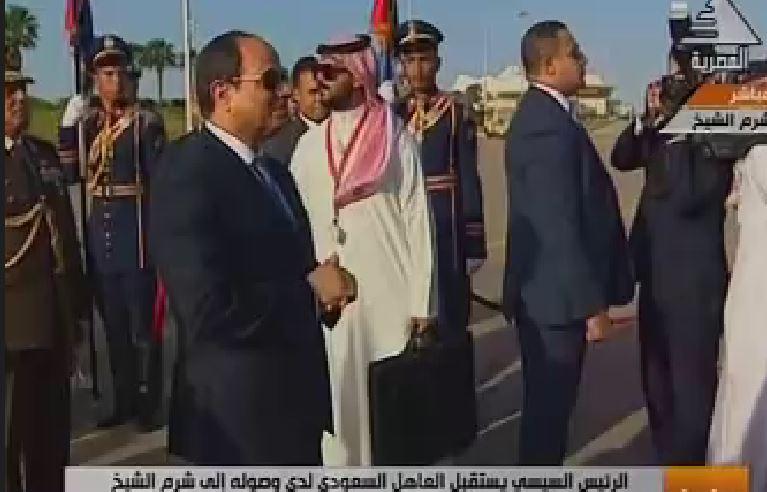 صورة السيسي يستقبل الملك سلمان في مطار القاهرة