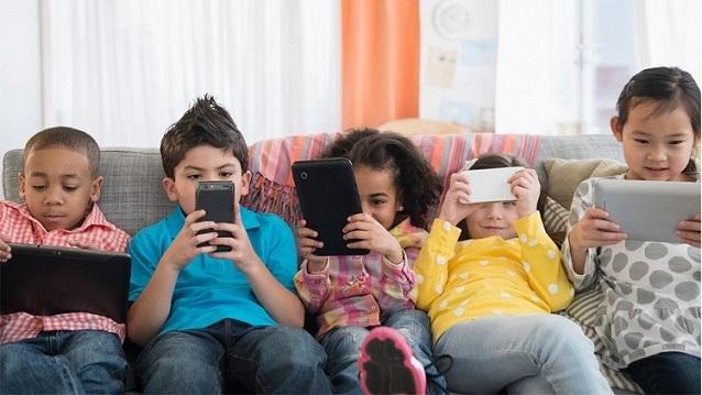 صورة كيف تحمي طفلك من مخاطر السوشيل ميديا؟