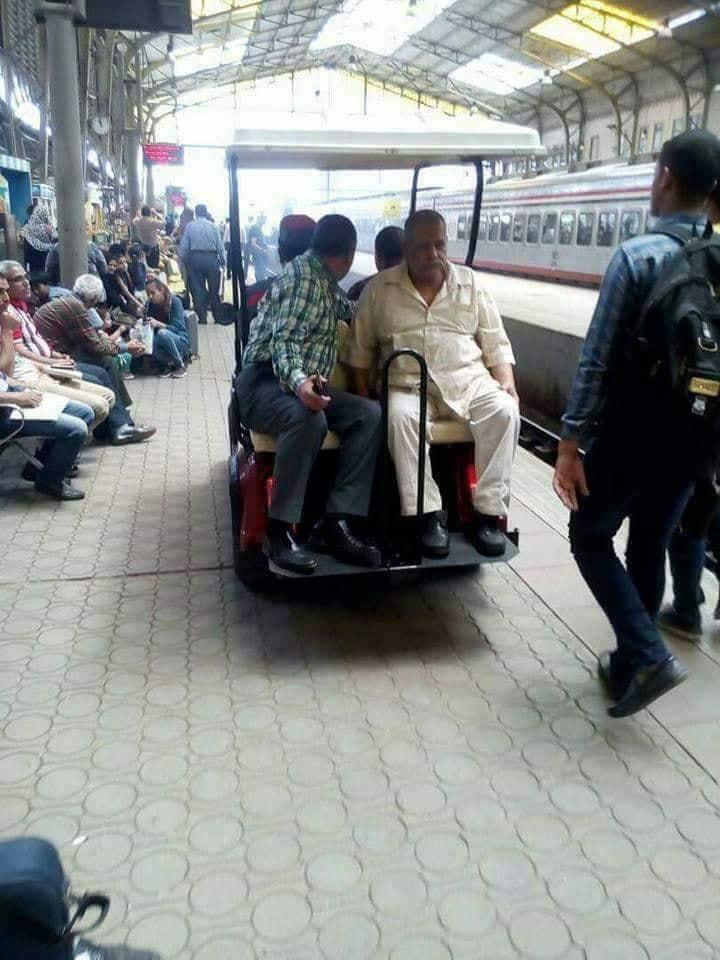 صورة السكة الحديد توفر سيارات جولف لنقل كبار السن بمحطة مصر