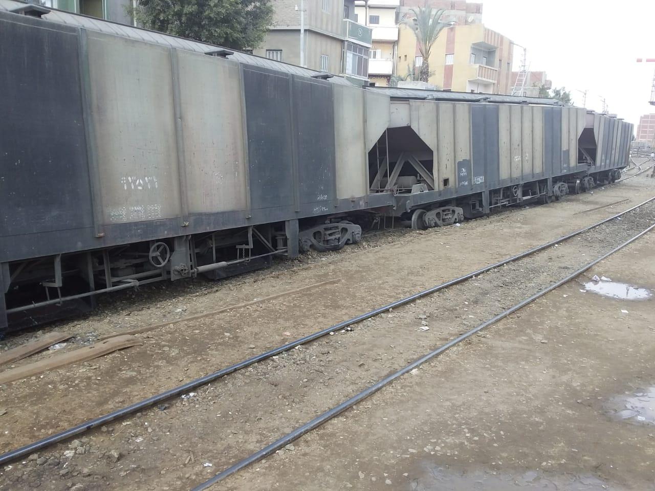 صورة خروج عربات قطار بضائع عن القضبان بالشرقية