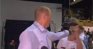 شاب يلقي عضو مجلس الشيوخ الأسترالي بالبيض على الهواء