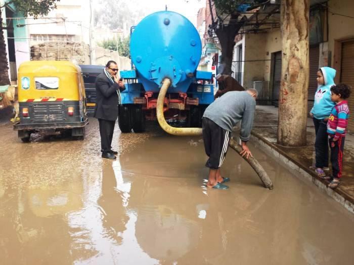 صورة محافظ الشرقية يتابع شفط تجمعات مياه الأمطار من الشوارع