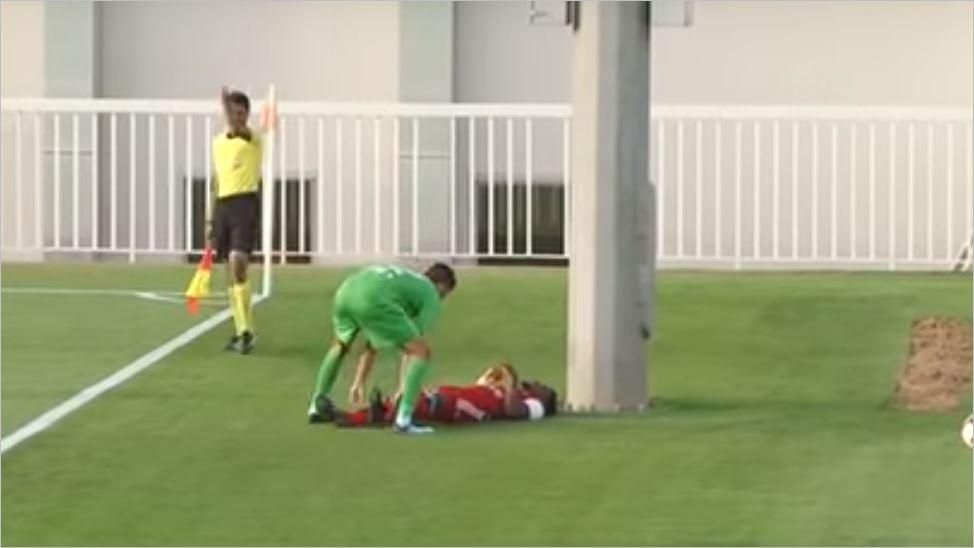 صورة لاعب كرة قدم يتعرض لإصابة مروعة