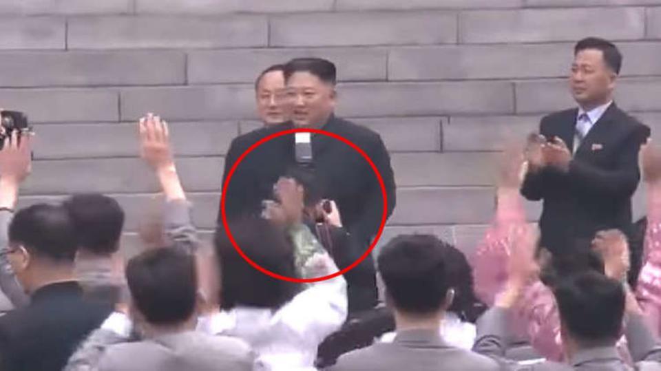 صورة زعيم كوريا الشمالية يوقف مصوره الخاص ويفصله من الحزب .. لسبب غريب