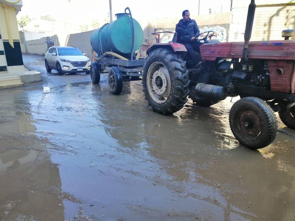 صورة رئيس مركز أبوكبير يتابع أعمال شفط المياه الناتجة عن الأمطار