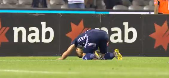 صورة لاعب نيوزيلندي يسجد تضامنًا مع الحادث الإرهابي