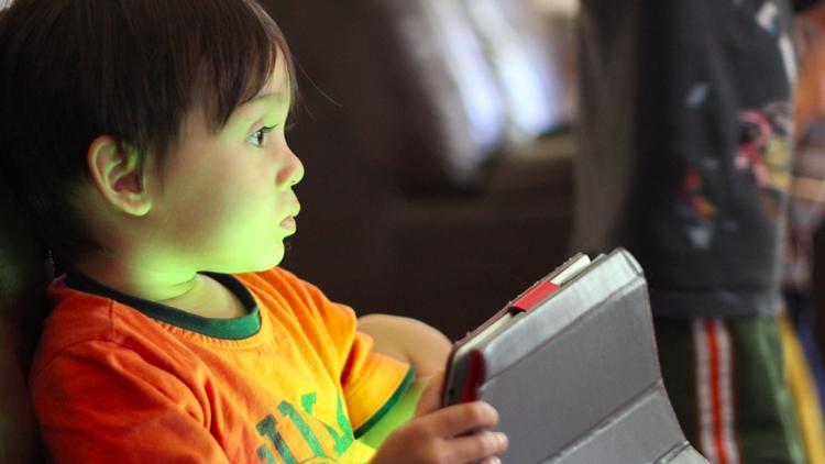 صورة الهواتف الذكية والحاسوب تؤثر على نمو الأطفال