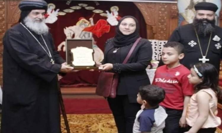 صورة أسقف الشرقية يكرم زوجة الشهيد أحمد المنسي
