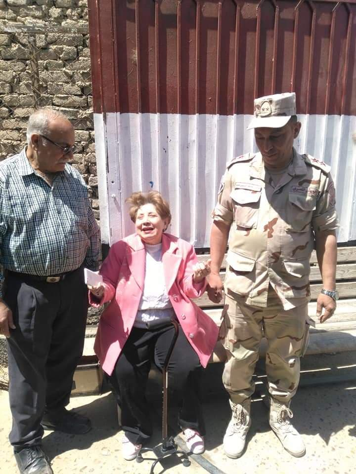 صورة الجيش يساعد كبار السن في الاستفتاء علي التعديلات الدستورية بفاقوس