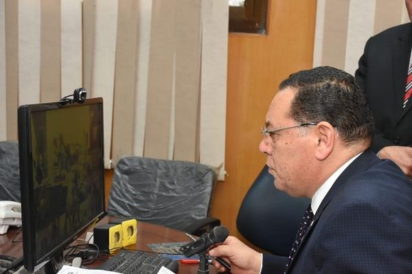 صورة عبر الفيديو كونفرانس .. رئيس الوزراء يطمئن من محافظ الشرقية على سير الاستفتاء