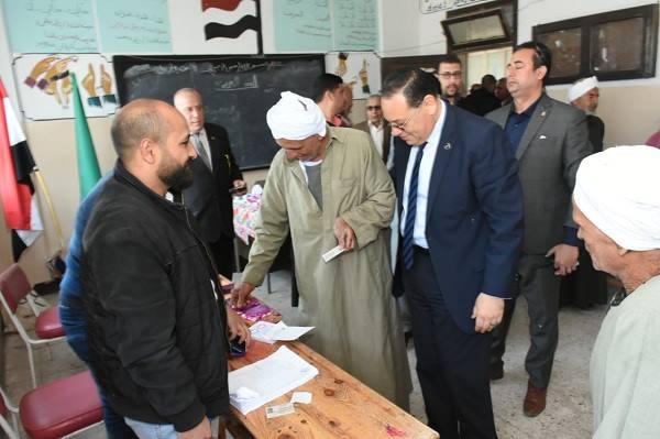 محافظ الشرقية يتابع لجنة مدرسة عبد الحكيم حسن بكفر أباظة بالزقازيق