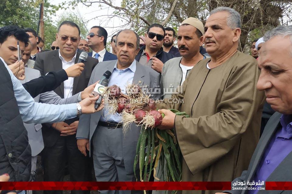 صورة مزارعي الشرقية يستقبلون وزير الزراعة ويؤكدون فرحتهم بسعر أردب القمح