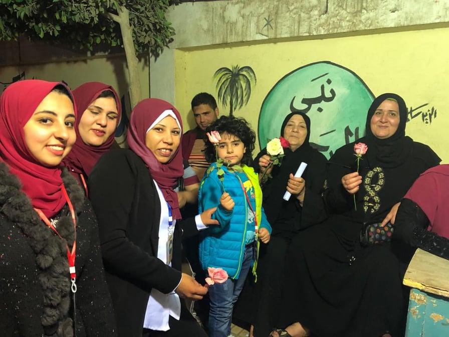وطن يختتم أيام الاستفتاء على التعديلات الدستورية بتوزيع الورود علي الناخبين4