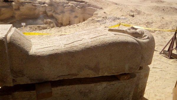 صورة زاهي حواس يكشف لأول مرة تفاصيل فتح تابوت داخل مقبرة أثرية بالمنيا