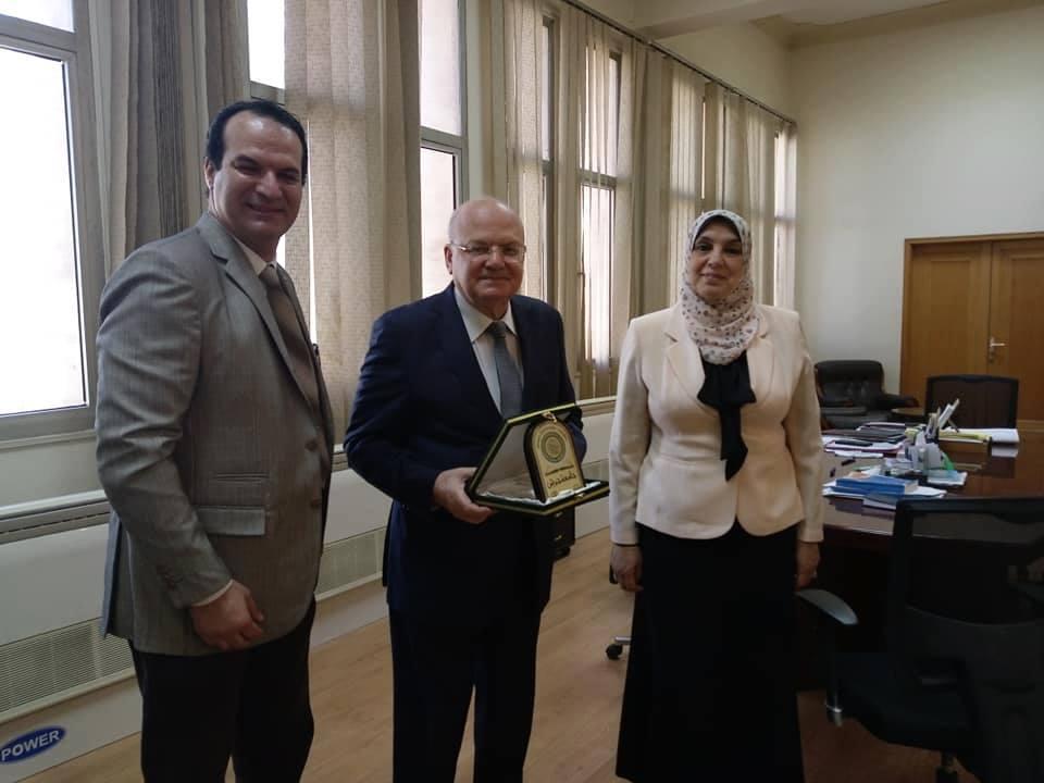 صورة تكريم رئيس جامعة الزقازيق في الأردن