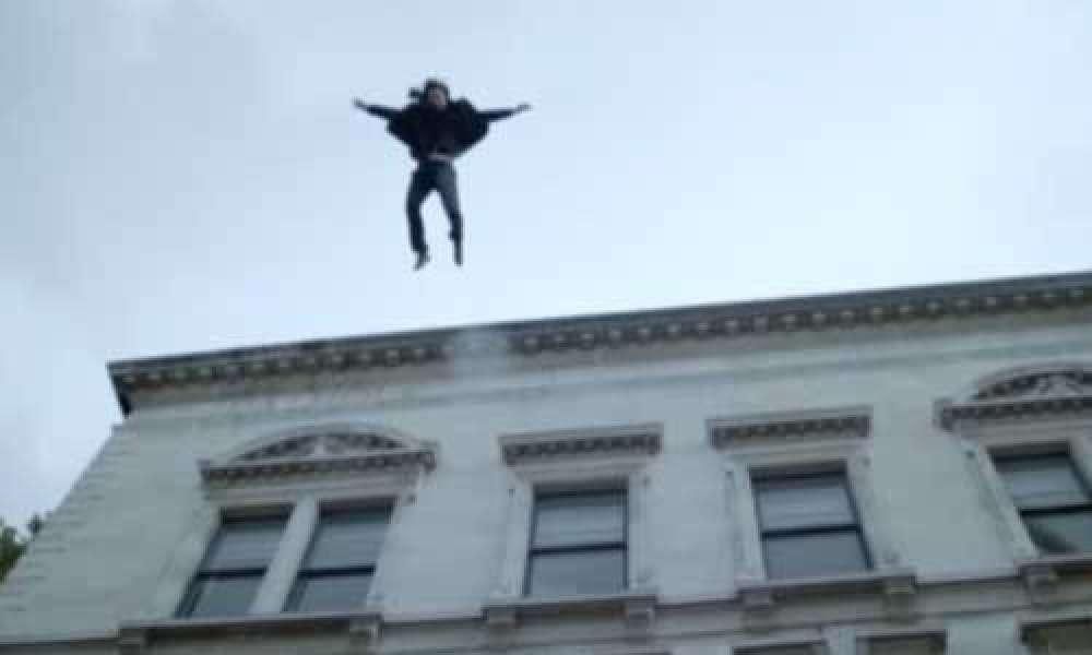 صورة فتاة تقفز من الطابق التاسع هربًا من التعدي عليها جسديًا