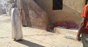 شاب يخرج جثة والدته