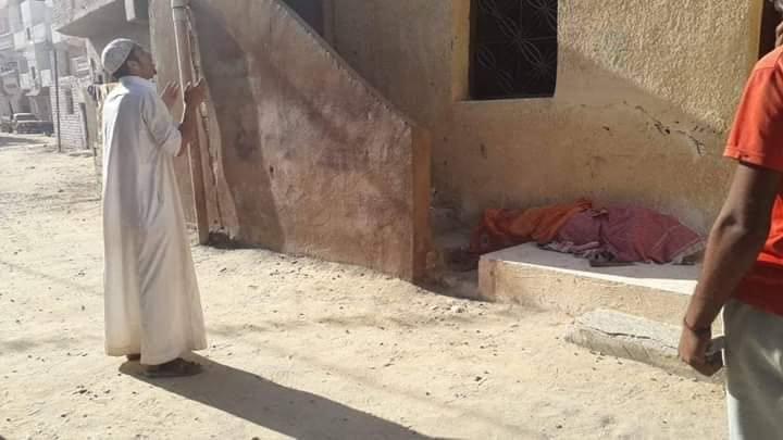 صورة شاب يخرج جثة والدته من قبرها بعد 3 سنوات من وفاتها