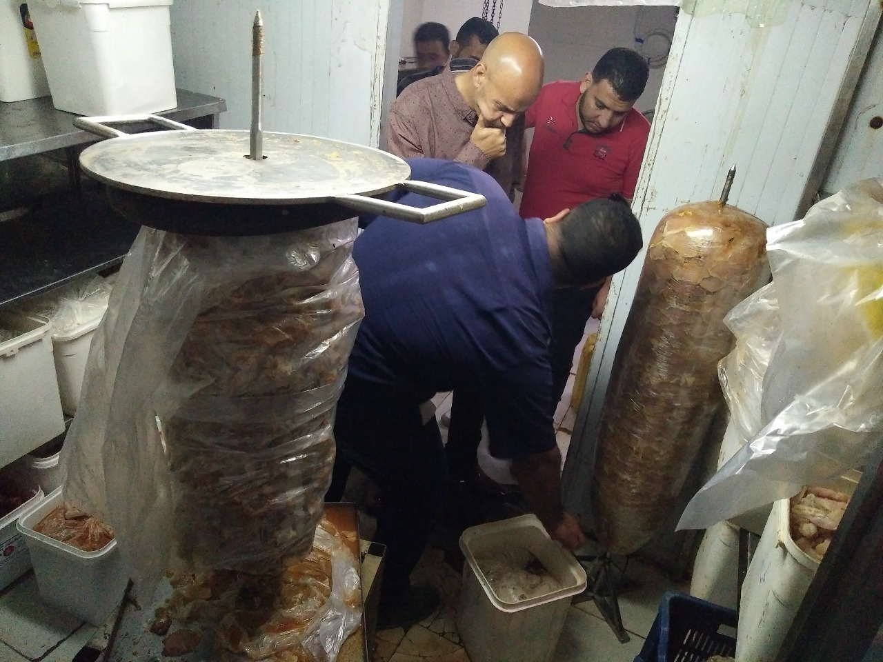 صورة إعدام 700 كيلو أغذية وغلق مطعمين بالزقازيق