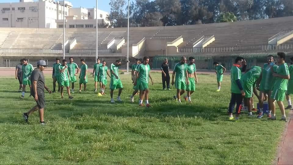 صورة تغريم وإيقاف إداري للتدخين في مباراة كرة القدم بالشرقية