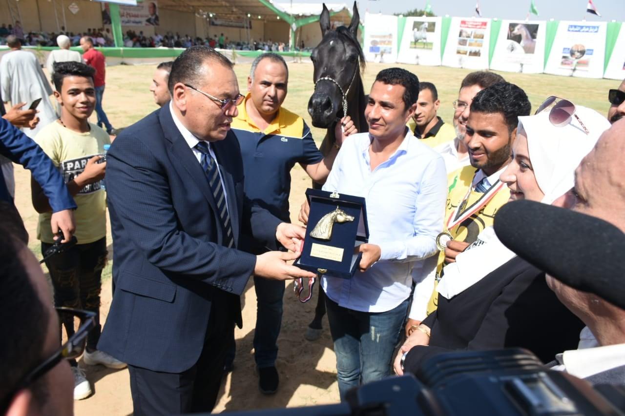 الشرقية يُسلم دروع التميز للفائزين فى مسابقة الخيول 2
