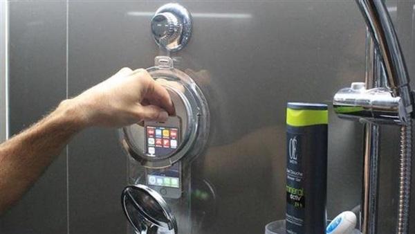 صورة احذر استخدام الهاتف في المرحاض