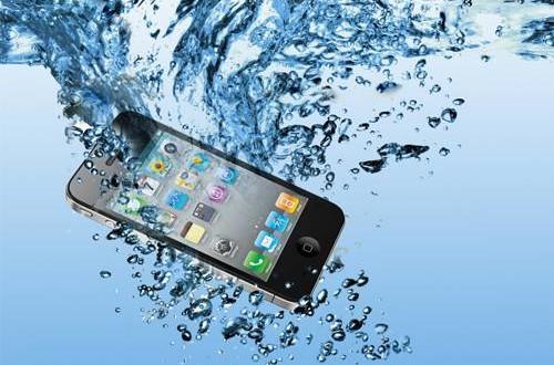 صورة خطوات إصلاح الهاتف عند سقوطه في المياه