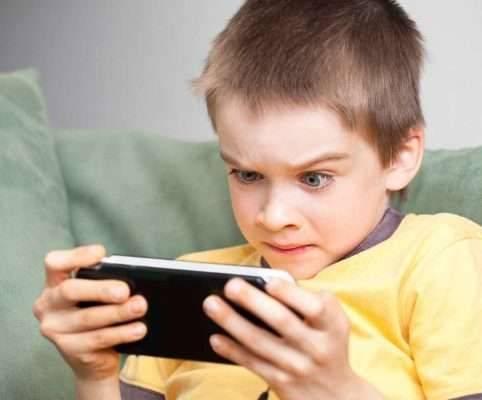 استخدام الهاتف للأطفال في السن المبكر