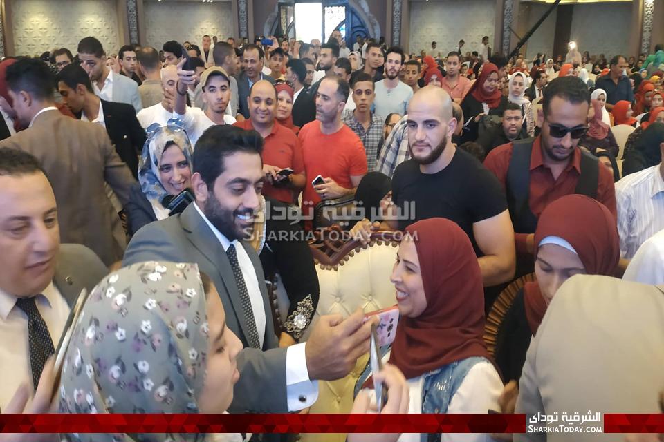 صورة استقبال حافل للفنان أحمد فلوكس في الزقازيق بعد عرض فيلم الممر