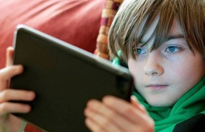 صورة دراسة تحذر من استخدام الأطفال للهاتف لفترات طويلة
