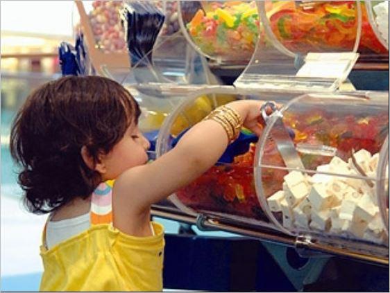صورة خبير تغذية يحذر من حلوى تباع أمام المدارس