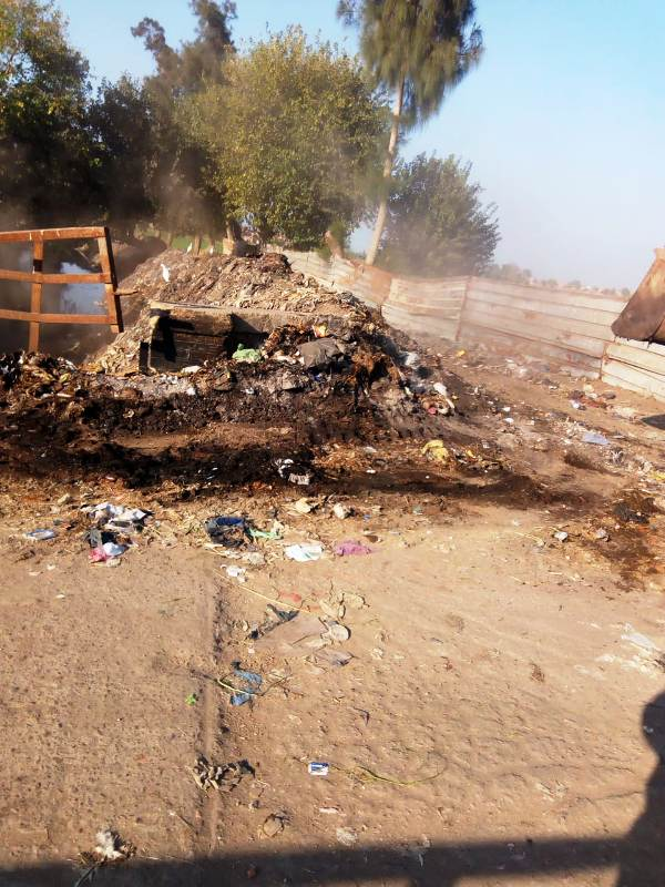 صورة محافظ الشرقية يزيل القمامة بمدخل قرية بههيا بعد شكوى الأهالي