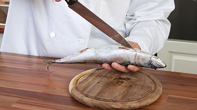 صورة خطوات مذهلة لتنظيف السمك
