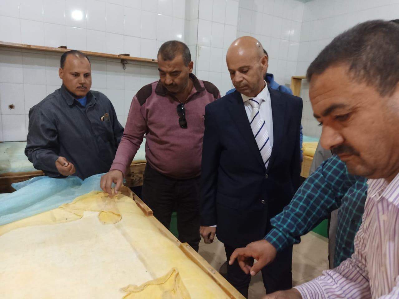 صورة صحة الشرقية تغلق مصنعين ألبان وتعدم كمية من المنتجات