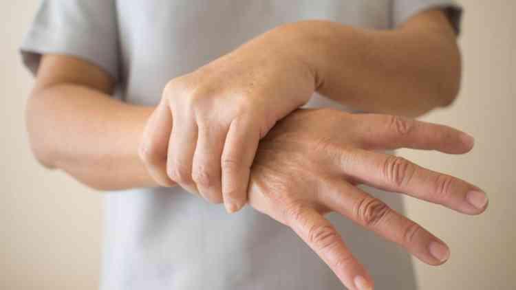 صورة أسباب تعرفها لأول مرة تسبب رعشة اليدين