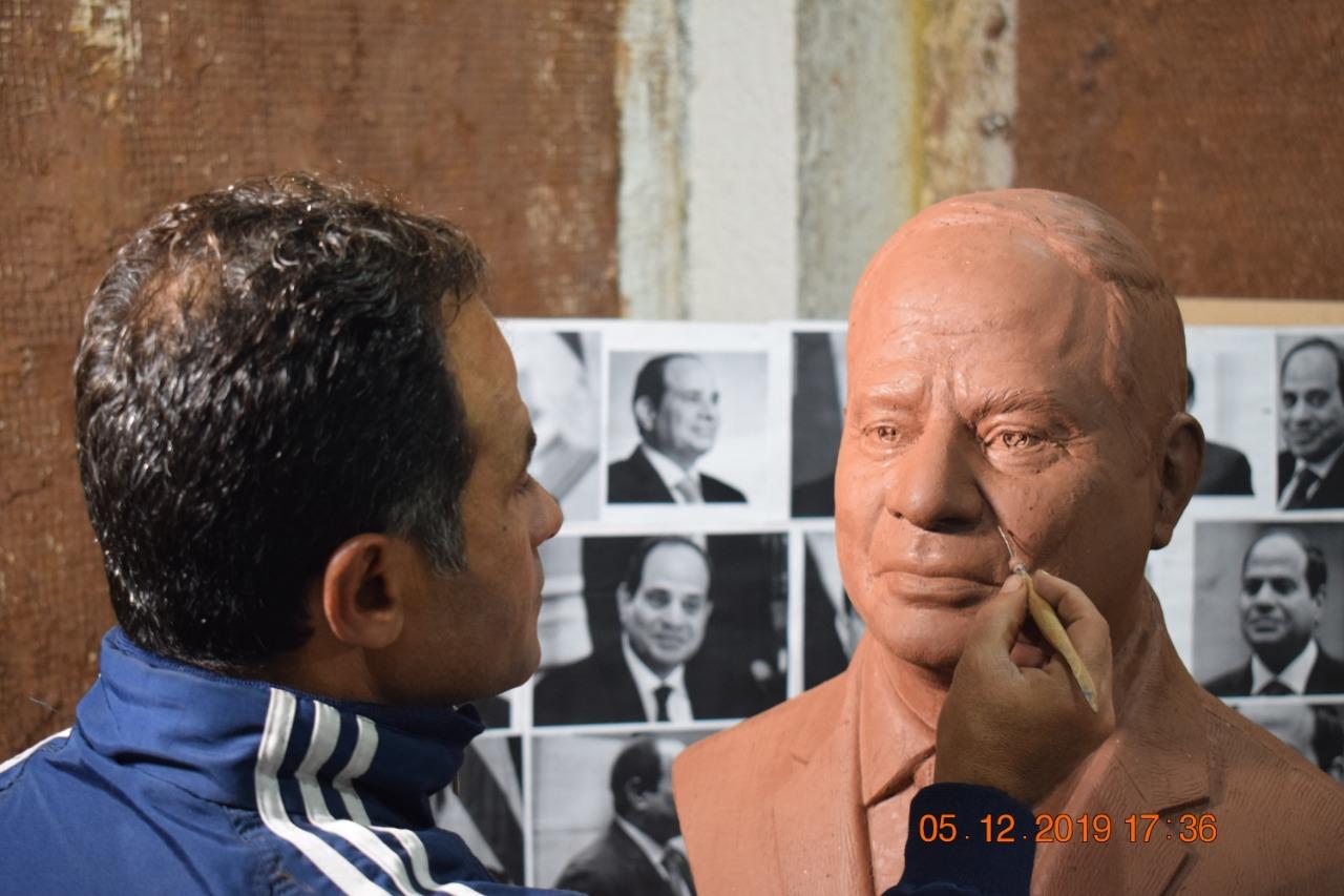 صورة فنان شرقاوي يبدع في نحت تمثال الرئيس السيسي