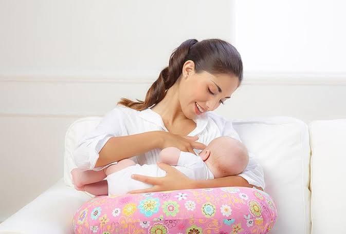 صورة عادة خاطئة تفعلها الأمهات أثناء الرضاعة