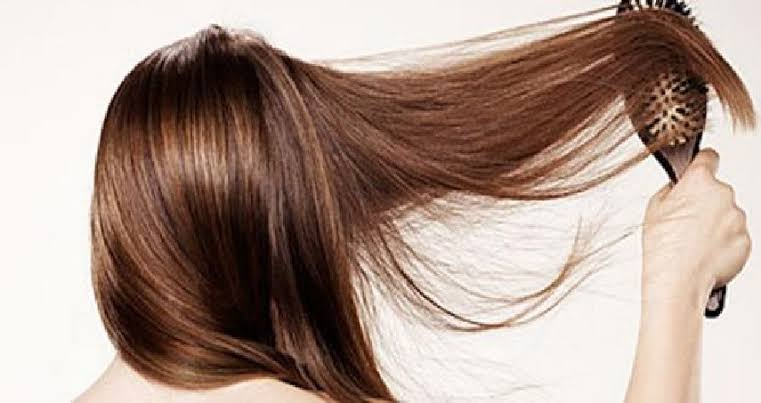 صورة وصفة طبيعية للحصول على شعر ناعم في الشتاء