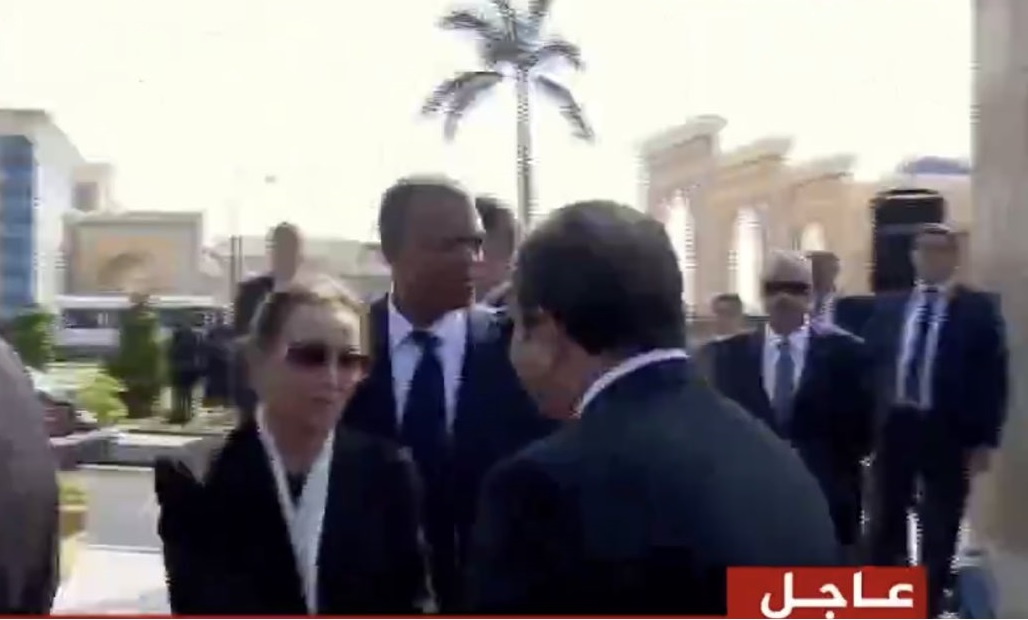 صورة الرئيس السيسي يقدم واجب العزاء لسوزان مبارك