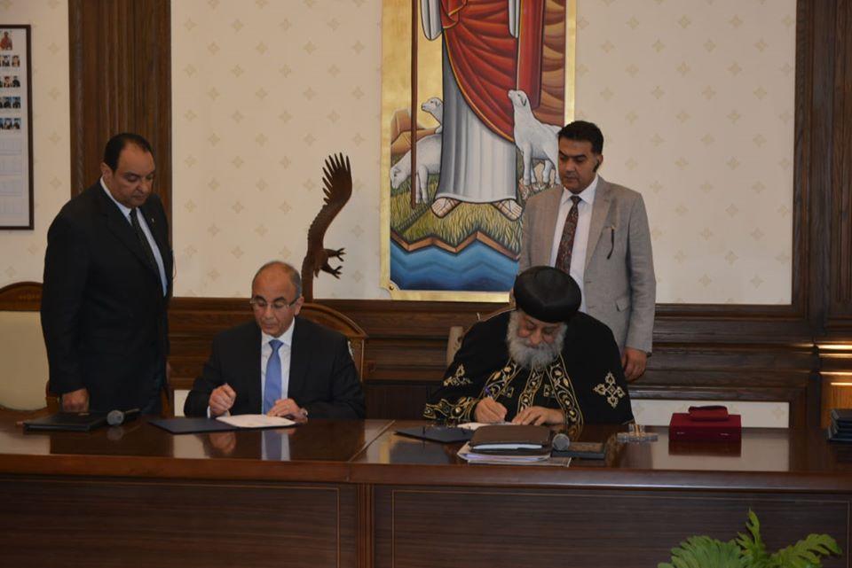 صورة رئيس جامعة الزقازيق و البابا تواضروس الثاني يوقعان بروتوكول تعاون جديد