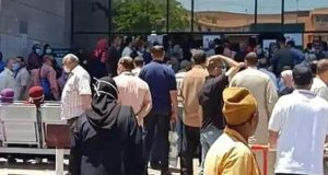 تكدس مئات المواطنين أمام ماكينات الصراف الآلى بالزقازيق