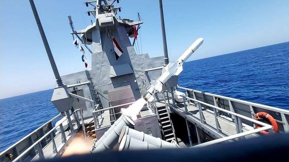 المصري يغرق سفينة في البحر المتوسط بضربة صاروخية واحدة.. فيديو