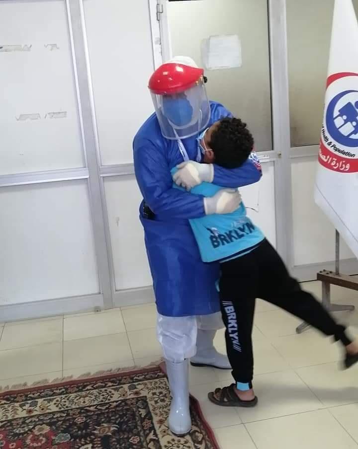 صورة خروج طفل من مستشفى العزل بالشرقية بعد 10 أيام من إصابته بكورونا