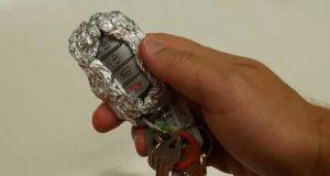 وضع ورق ألومنيوم على مفتاح السيارة