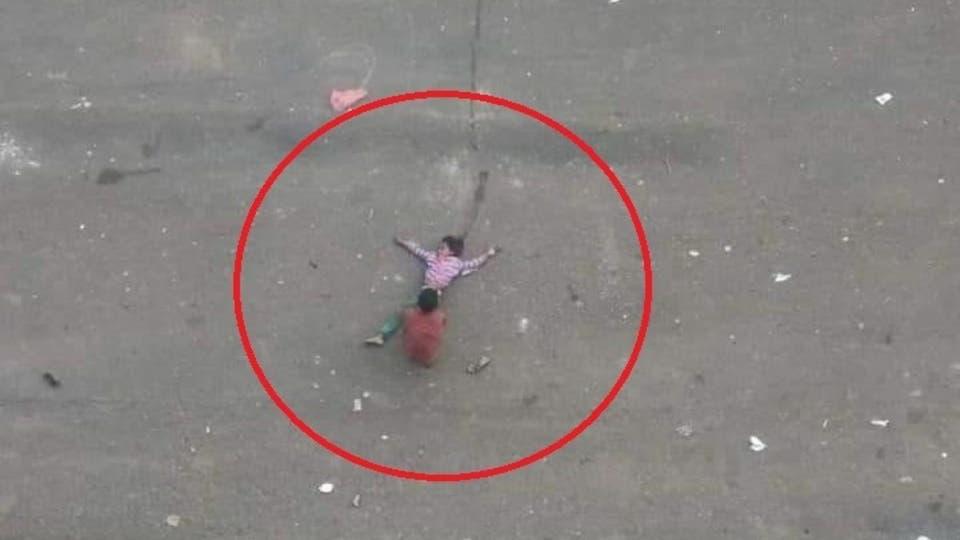 صورة مشهد هز القلوب.. طفل يمني يسحب شقيقته الغارقة في دمائها