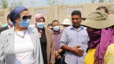 صورة وزيرة البيئة تشيد بتوفير فرص للسيدات في مجال تجميع قش الأزر بالشرقية