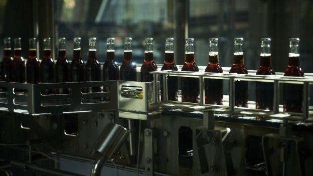 الشركة على خمسة مصانع كمصادر خارجية لإنتاج فريتز كولا