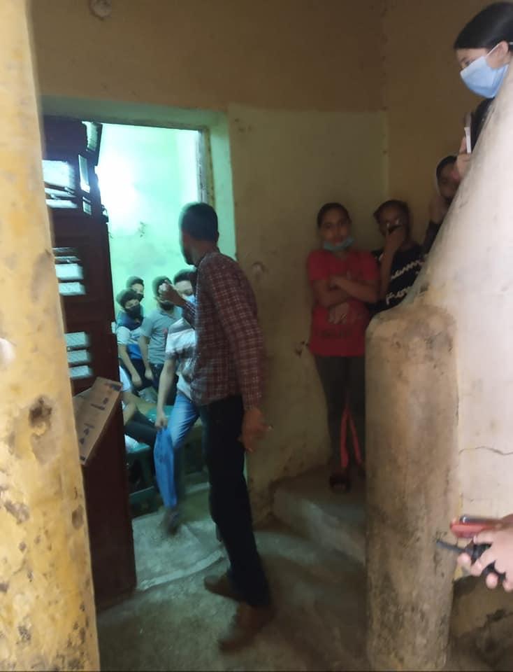 مدرس يعطي درسا خصوصيا لـ 15 طالبا أسفل منزل 2