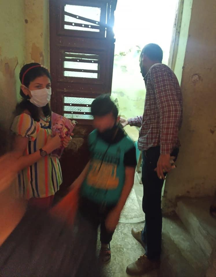 مدرس يعطي درسا خصوصيا لـ 15 طالبا أسفل منزل 3